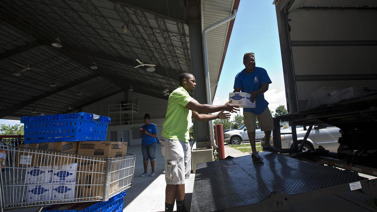 Foodbank distributes food in Southeast Newport News (Kaitlin McKeown / Daily Press)